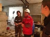 Oscar Ronnie con don Mario, trabajador del IDIEM.Don Mario nos dio todas las facilidades para el montaje.